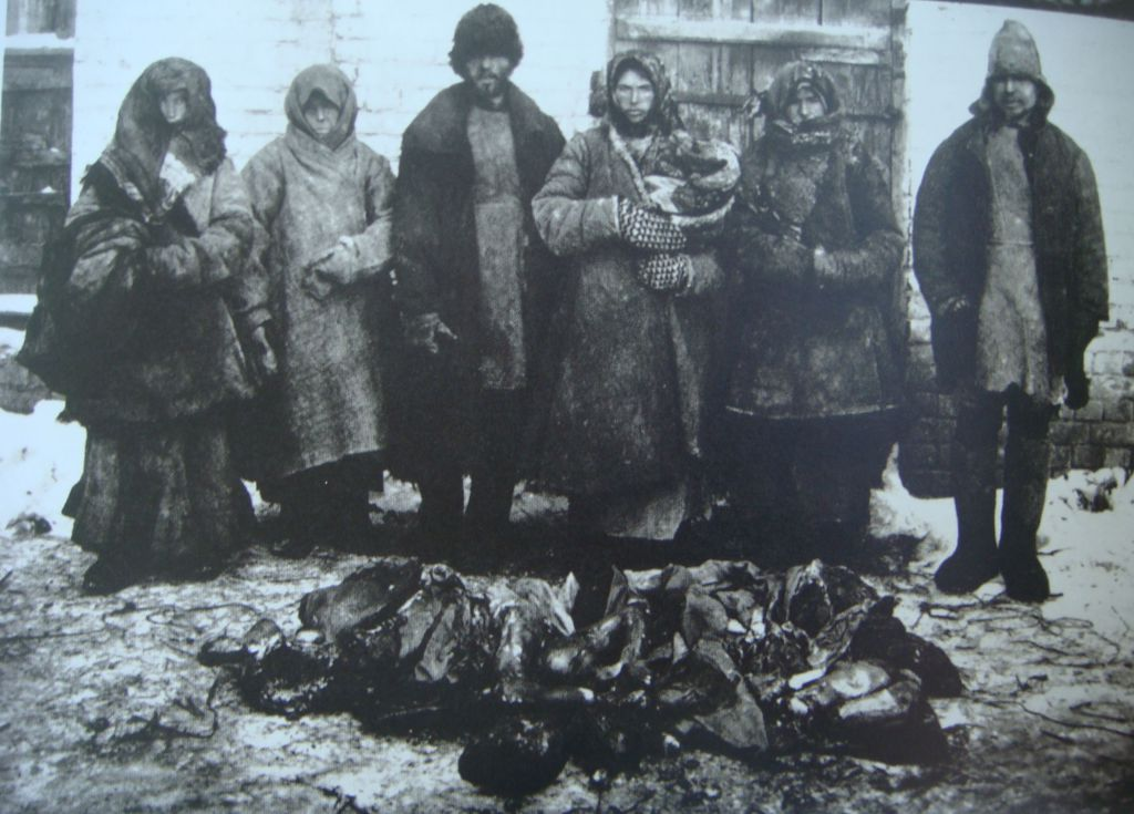 Cannibalism_russian_famine1921_6_peasants_bouzuluk_district_and_remains_of_humans_they_eatten